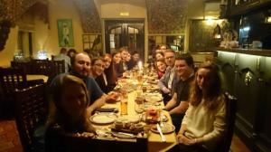 Balogh Bianka indiai étteremben a cserediákokkal
